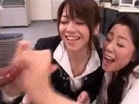 美熟女二人(北条麻紀・浅倉彩音)が勃起チンポをじっくり観察。手コキ、フェラで遊ぶ!