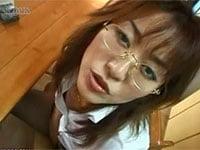 メガネ熟女奥様・風見京子が手コキしながら、ひたすら言葉責め。