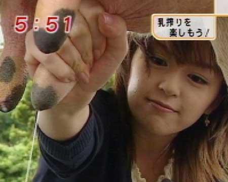 乳搾りする中野美奈子アナウンサー