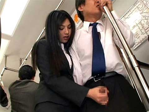 電車内で男を逆痴漢する原紗央莉