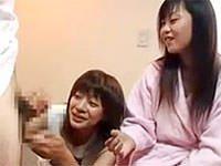 AVの女性監督の手コキテクニックがスゴすぎっ! かわいいAV女優に手コキ指導してます。