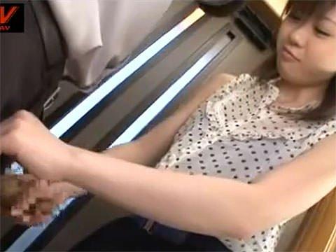 【手コキ動画】不倫相手の家に押しかけ奥さんの目を盗んで誘惑手コキ