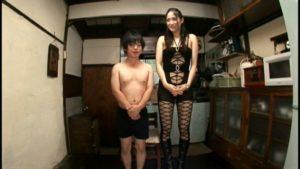 小男と並ぶと長身が際立つ内田真由。なんと身長182センチ
